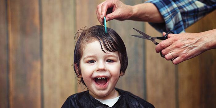 La coupe de cheveux pour enfants