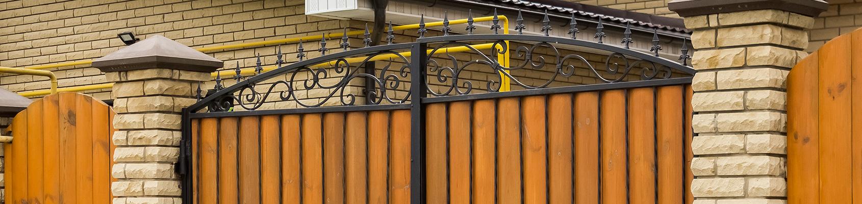 Des modèles de portail et de grille en fer forgé pour une maison décorée